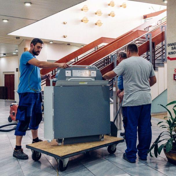 Montáž plošiny pre vozíčkárov v MsKC
