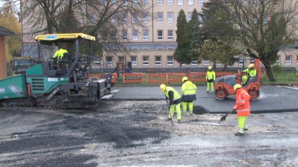 Mesto zaplatilo opravu cesty a dvora