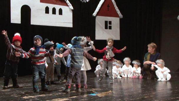 Škôlkári spievali a tancovali Mikulášovi