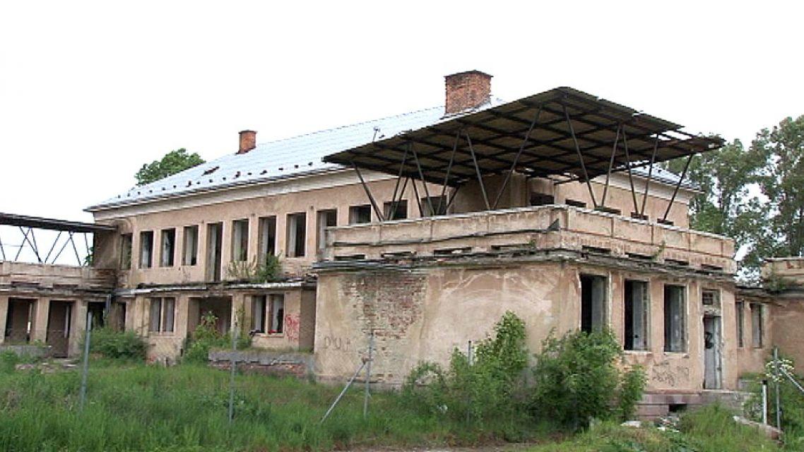 Poslanci chceli informácie o zničenej budove