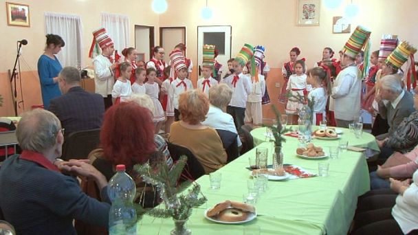 Seniorov potešili tancom a hudbou žiarske Ďatelinky