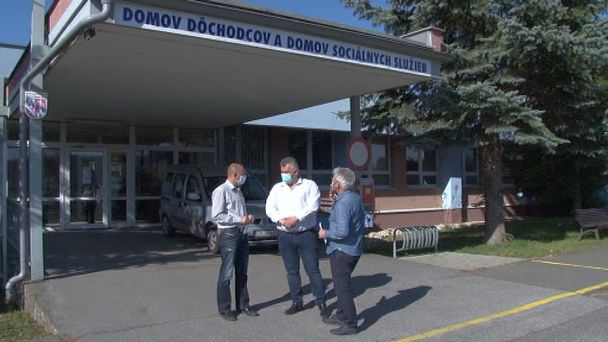 Rúška od žiarskych poslancov dostali lekári aj domov dôchodcov
