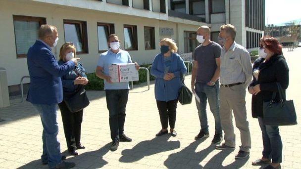 Žiarski poslanci priniesli primátorovi ochranné rukavice