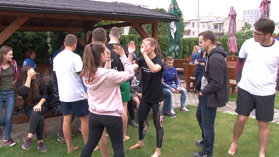 Na plážový volejbal na žiarskom sídlisku Pod Vršky prišli desiatky maturantov