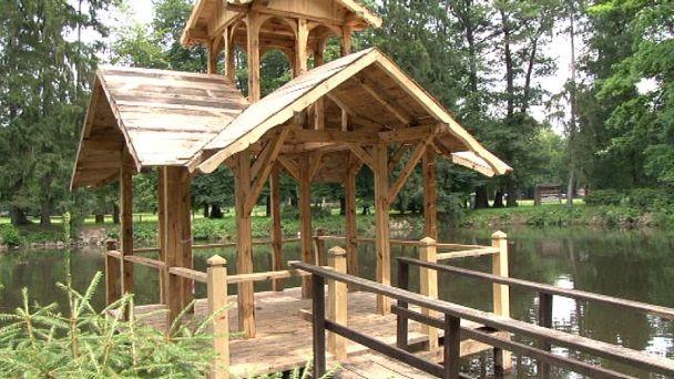 Drevený altánok v žiarskom parku obnovujú